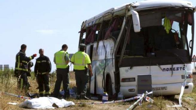 Estado en el que quedó el autobús tras el accidente en el que han fallecido tres personas y once han resultado heridas.