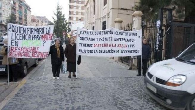 Los ancianos, con sus pancartas a las puertas de la subestación.