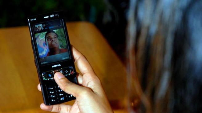 Una usuaria con su teléfono durante una videollamada