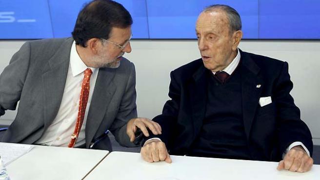 El presidente del PP, Mariano Rajoy, conversa con el presidente Fundador del partido, Manuel Fraga.