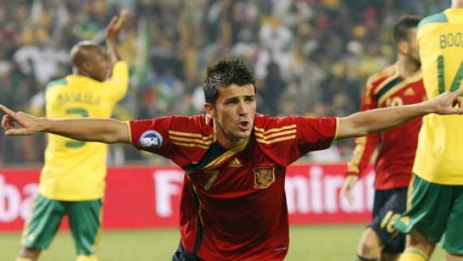 David Villa celebra su gol con la selección española ante Sudáfrica.