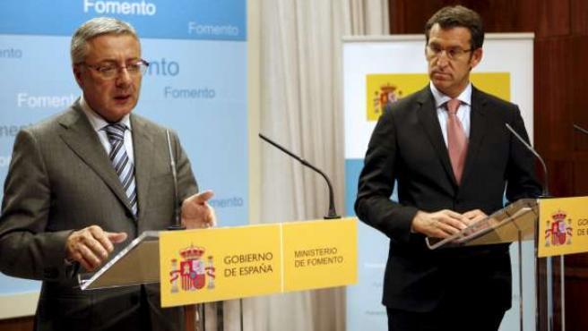 El ministro de Fomento, José Blanco, y el presidente de la Xunta, Alberto Núñez Feijóo, tras una reunión anterior.