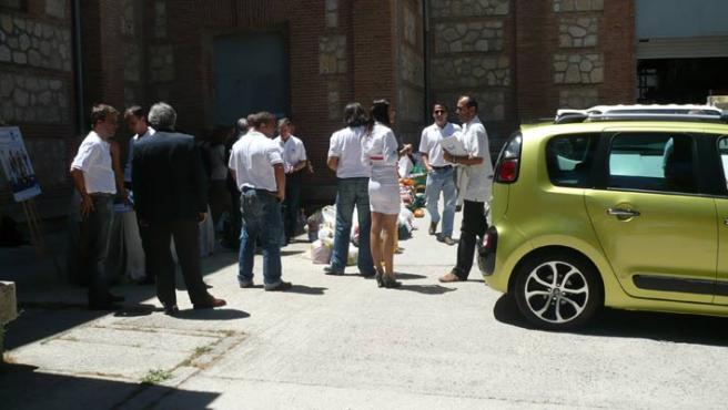 Momento de la competición en el que el último periodista entregaba su lote de comida, llevada en un C3 Picasso.