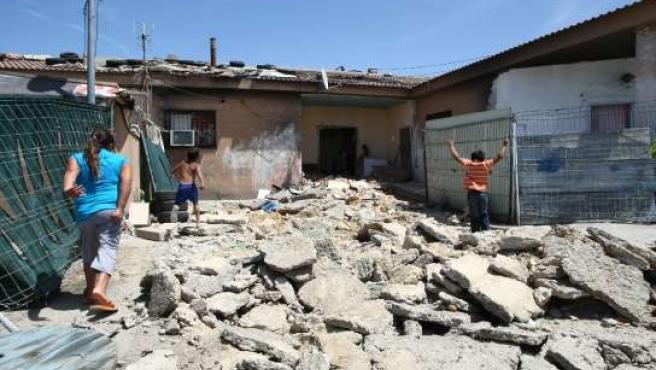 Un momento del desalojo llevado a cabo este jueves en el poblado chabolista de Las Mimbreras.