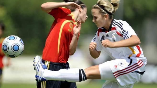 La jugadora de la selección española Esther González (i) lucha por el balón con Laura Vetterlein, de Alemania, durante la final del Europeo sub-17.
