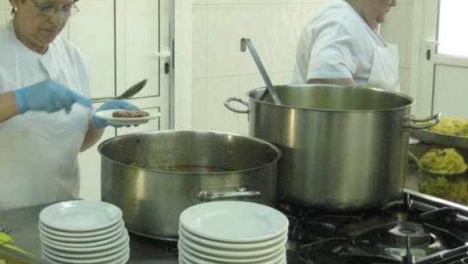 Dos voluntarias sirven el menú en la Cocina Económica