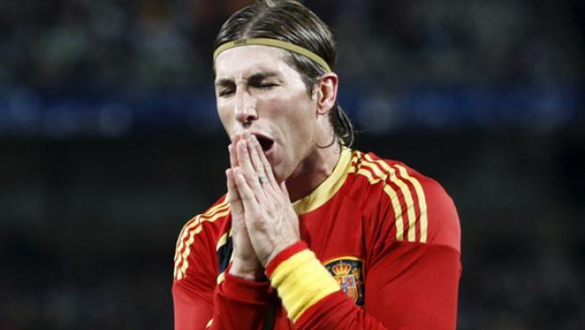 Sergio Ramos se lamenta tras un fallo en defensa que costó el segundo gol de Estados Unidos.