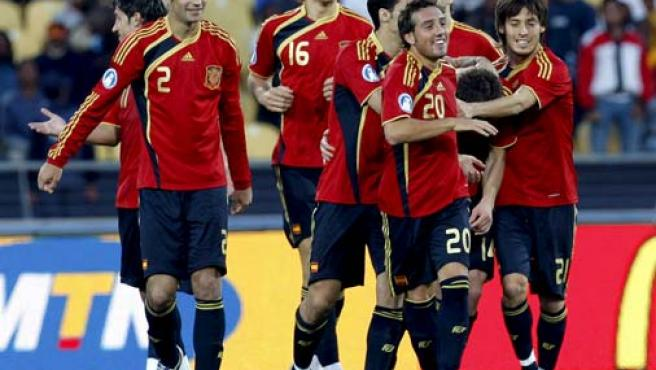 Xabi Alonso (2d, agachado), celebra con sus compañeros, Silva (d), Llorente (3i), Piqué (3d), Santi Cazorla (2i), y Albiol (i) un gol ante Sudáfrica.