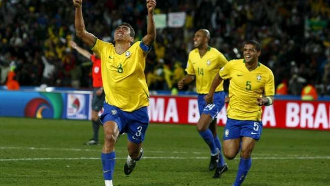 Lucio, defensa de Brasil, celebra el gol que le dio a su selección la Copa Confederaciones.