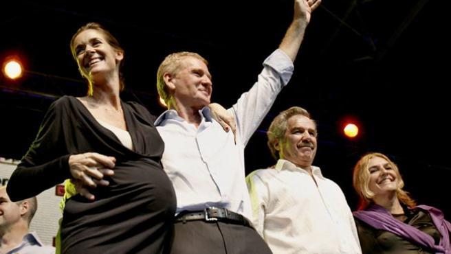 Francisco de Narváez, de Unión Pro, celebra con su esposa los primeros resultados en Buenos Aires.