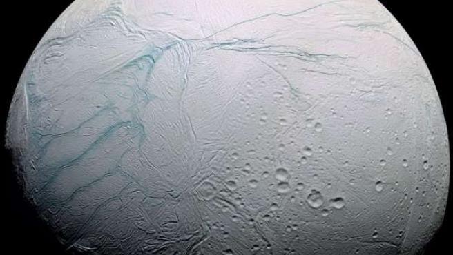 Imagen de Encelado, una de las lunas de Saturno.