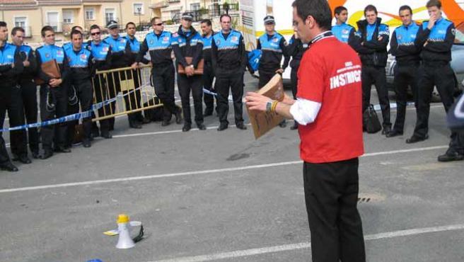 Mariscal, enseñando a policías locales cómo detectar un sobre bomba.