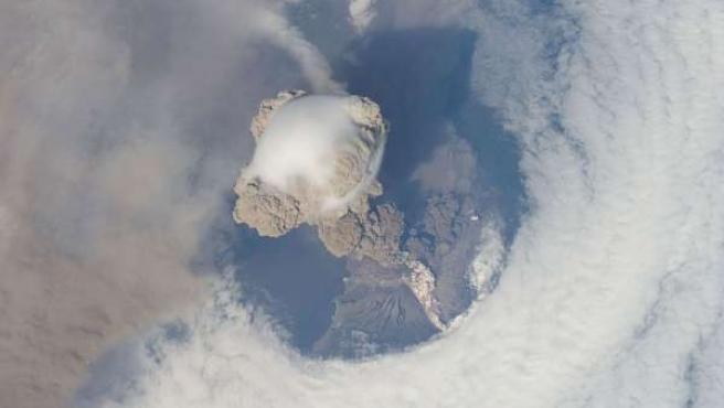 Imagen del volcán Sarychev, visto desde la Estación Espacial Internacional.