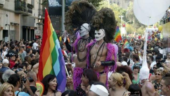 Torsos desnudos en el desfile del orgullo gay.