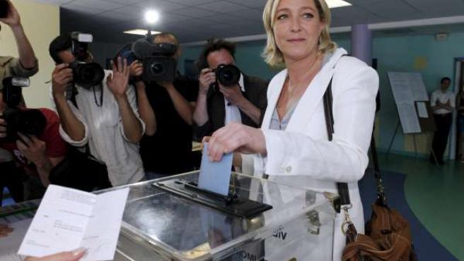 La líder del FN, Marine Le Pen ejerce su voto en Hénin-Beaumont.