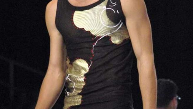 El modelo Jon Kortajanera desfila durante la XX Pasarela Gran Canaria Moda Cálida.