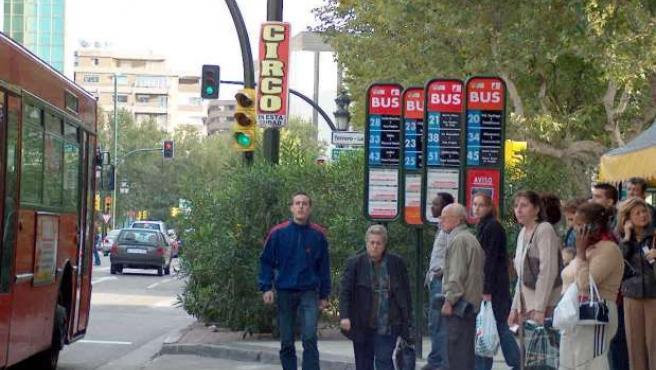 Varios zaragozanos aguardan a que llegue su bus.