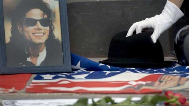 Un fan de Michael Jackson homenajea al artista.