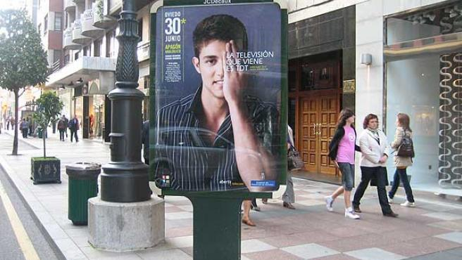 Un cartel anuncia el apagón analógico en Oviedo.