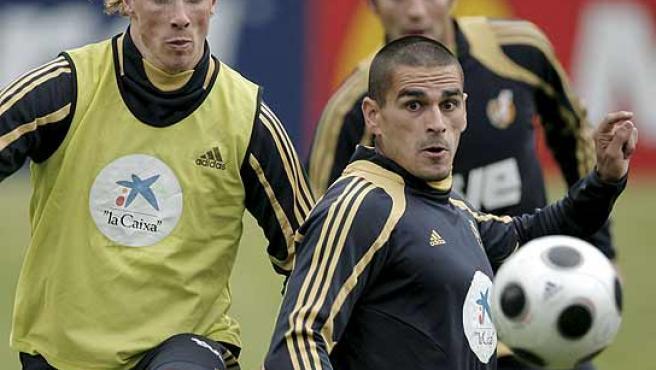 Juanito disputa un balón con Torres. (Efe)