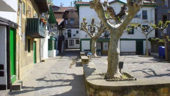 La plaza principal del barrio, el la calle del Puerto Viejo.