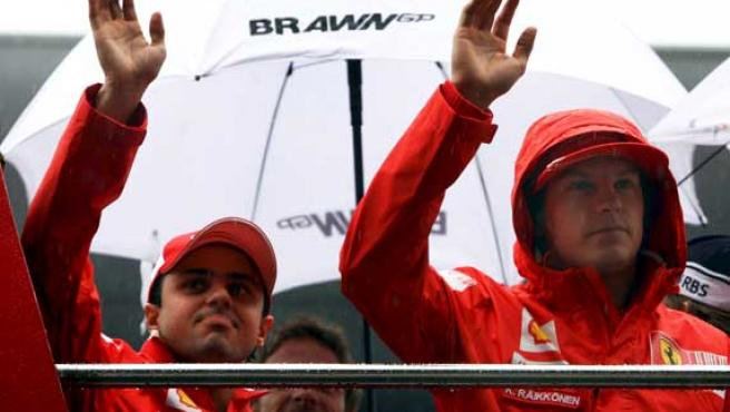 Kimi Raikkonen (d) y Felipe Massa, de Ferrari.