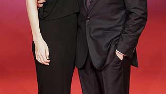 Tom Cruise y Katie Holmes posan en la alfombra roja.