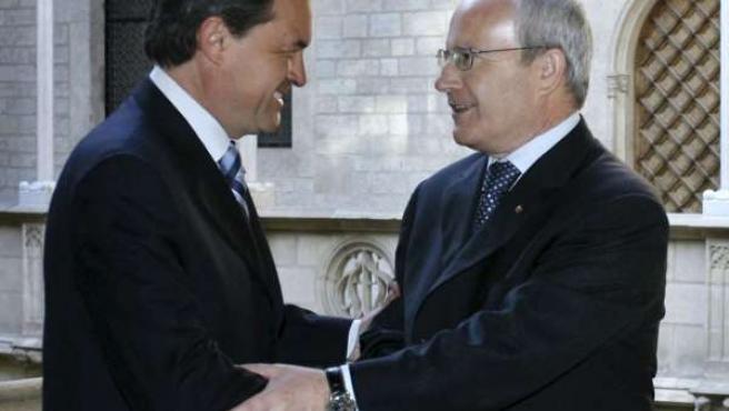 El secretario general de CiU, Artur Mas, estrecha la mano del presidente de la Generalitat y líder del PSC, José Montilla.