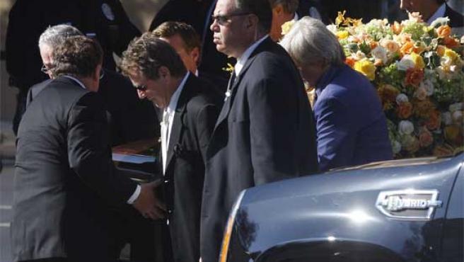 O'Neal y parientes de la actriz sujetan su féretro.