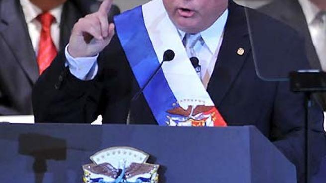 El presidente de Panamá, Ricardo Martinelli, tras ser investido presidente. Manuel Zelaya (i) estuvo presente en el acto.