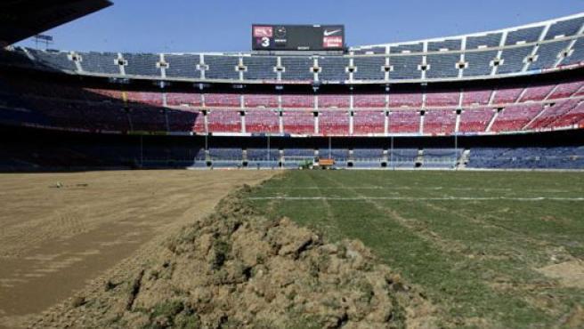 El césped del Camp Nou, en obras.