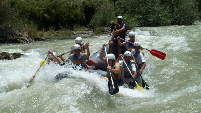 Un grupo de jóvenes practicando rafting.