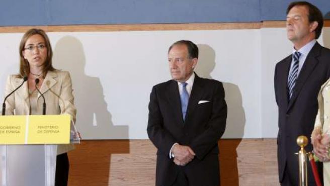 Carme Chacón en la toma de posesión de Félix Sanz Roldán (centro) como nuevo director del CNI, en presencia de Alberto Saiz.