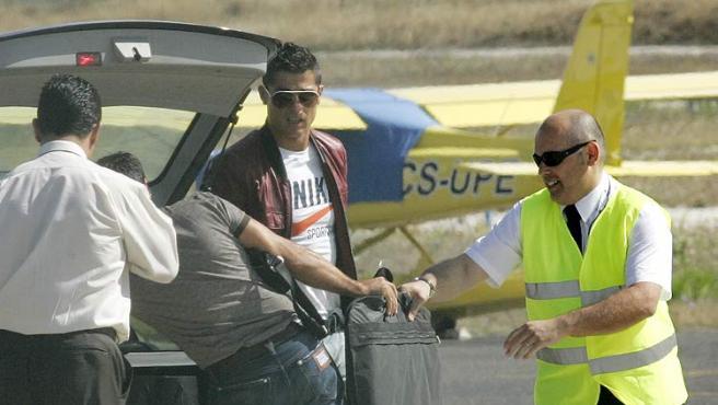 El delantero Cristiano Ronaldo llega al aeropuerto de Lisboa para tomar su vuelo con dirección a Madrid, donde será presentado como jugador madridista.