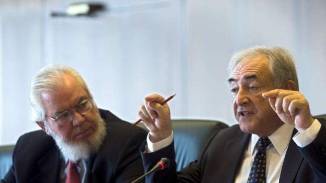 El director gerente del FMI, Dominique Strauss-Kahn (dcha), junto al director general de la OIT, Juan Somavía.