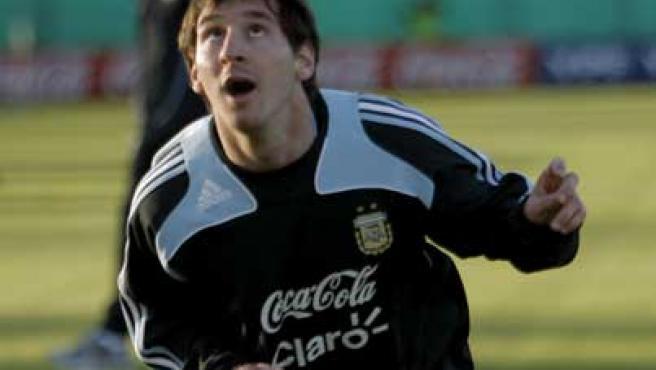 El jugador del Barcelona y de la selección de Argentina, Lionel Messi, juega con un balón en Buenos Aires (Argentina).