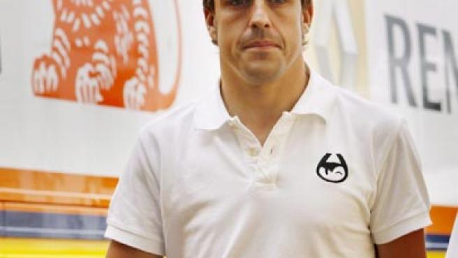 El piloto español de Fórmula 1 Fernando Alonso camina por el circuito de Otodrom en Estambul.