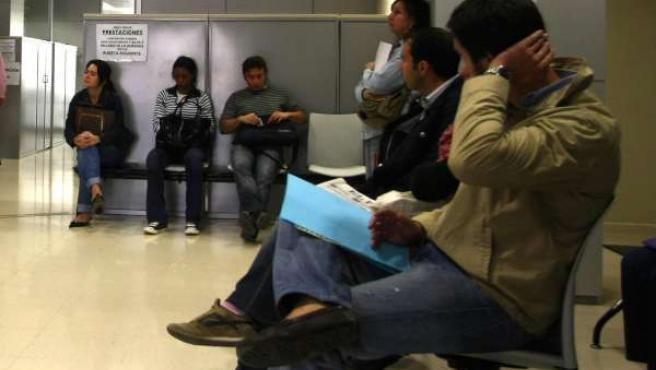 Parados en la sala de espera del Inem.