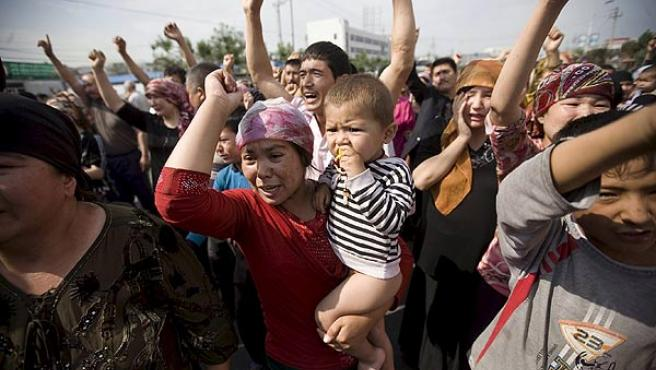 Mujeres de la etnia musulmana uigur en una manifestación convocada en Urumqi, capiral de Xinjiang.