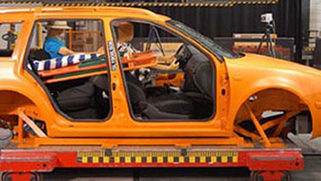 Dispositivo para simular los efectos de un impacto dentro de un coche.