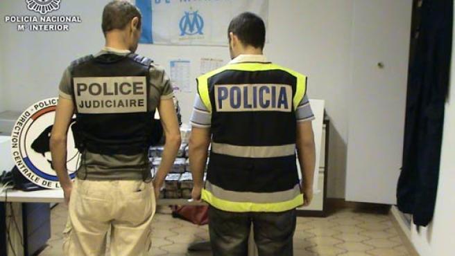 Miembros de la Policía española y francesa posan con la heroína incautada.