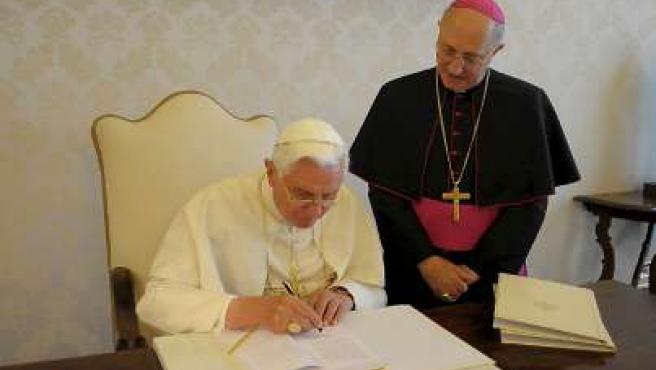 Foto facilitada por L'Osservatore Romano, que muestra al papa Benedicto XVI mientras firma su tercera encíclica.