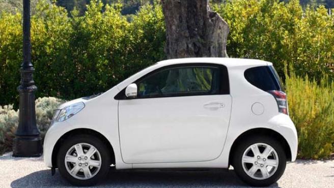 Imagen lateral del Toyota iQ.