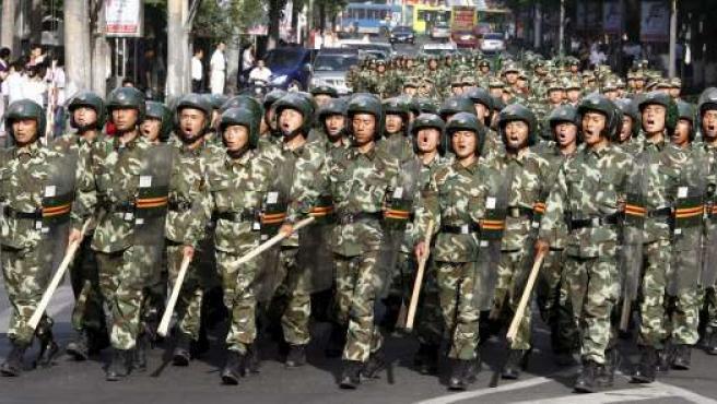 Varios soldados patrullan por Urumqi, escenario de la violencia entre uigures y chinos.