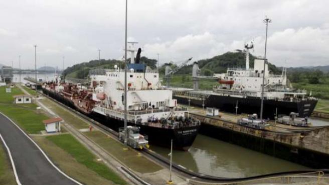 Imagen de dos barcos en el Canal de Panamá.