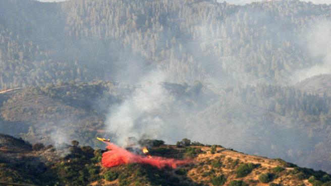 Un avión del Infoca trabaja en la extinción del incendio originado en el campo de tiro de la base militar de Cerro Muriano (Córdoba). (EFE)