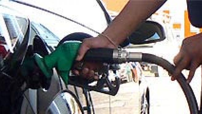 Los precios de los carburantes en España siguen por encima de los registrados a principios de año.