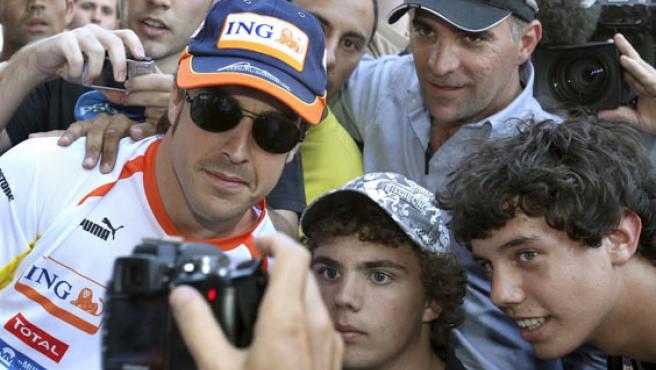 Fernando Alonso, con unos aficionados.