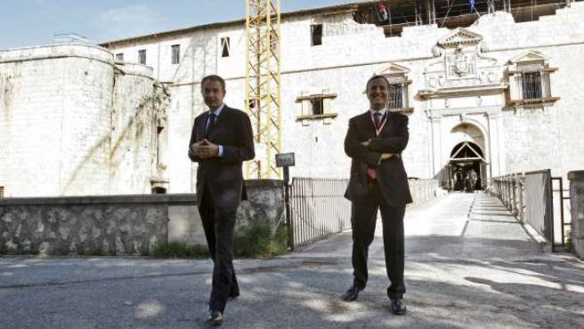 Zapatero con el ministro de exteriores italiano, Franco Frattini, durante la cumbre del G-8 en L'Aquilla (Italia).
