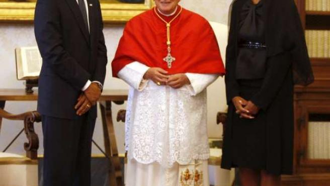 El presidente de EE UU, Barack Obama, posa junto al Papa y a su mujer, Michelle Obama.